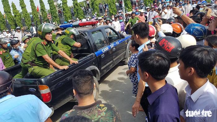 Vietnam police rescue woman held hostage by knife-wielding man, allegedly high on crystal meth