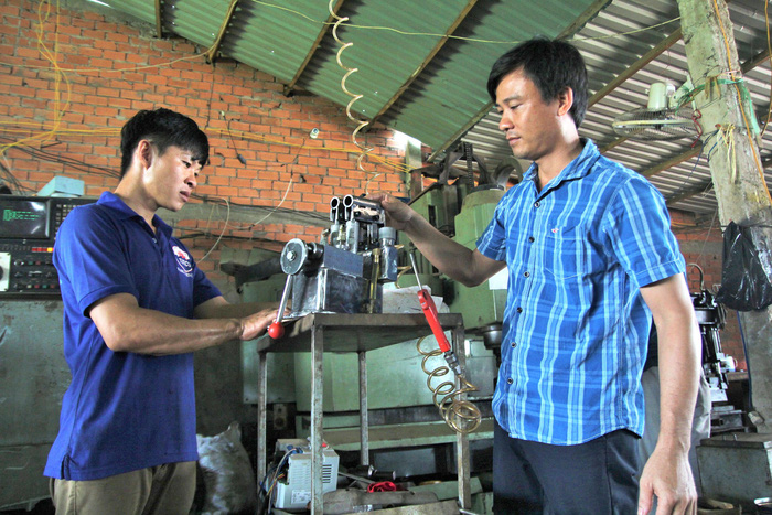 Vietnamese man designs automatic band saw for export to Africa