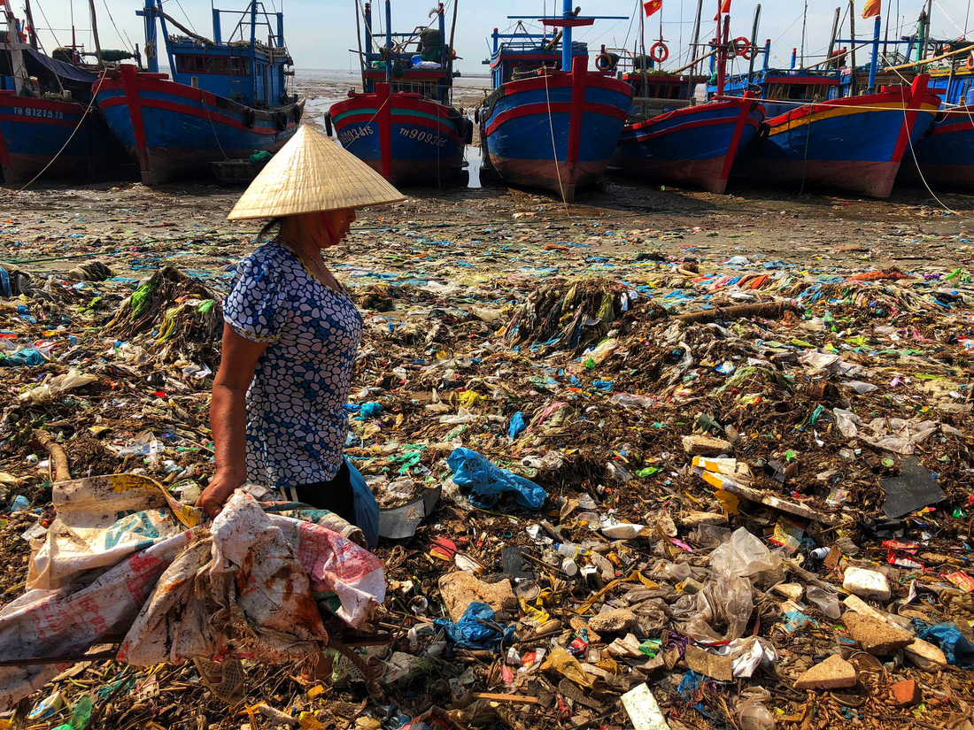 A woman collects trash and scraps to sell for a profit in Thanh Hoa, north-central Vietnam. Photo: Tuoi Tre