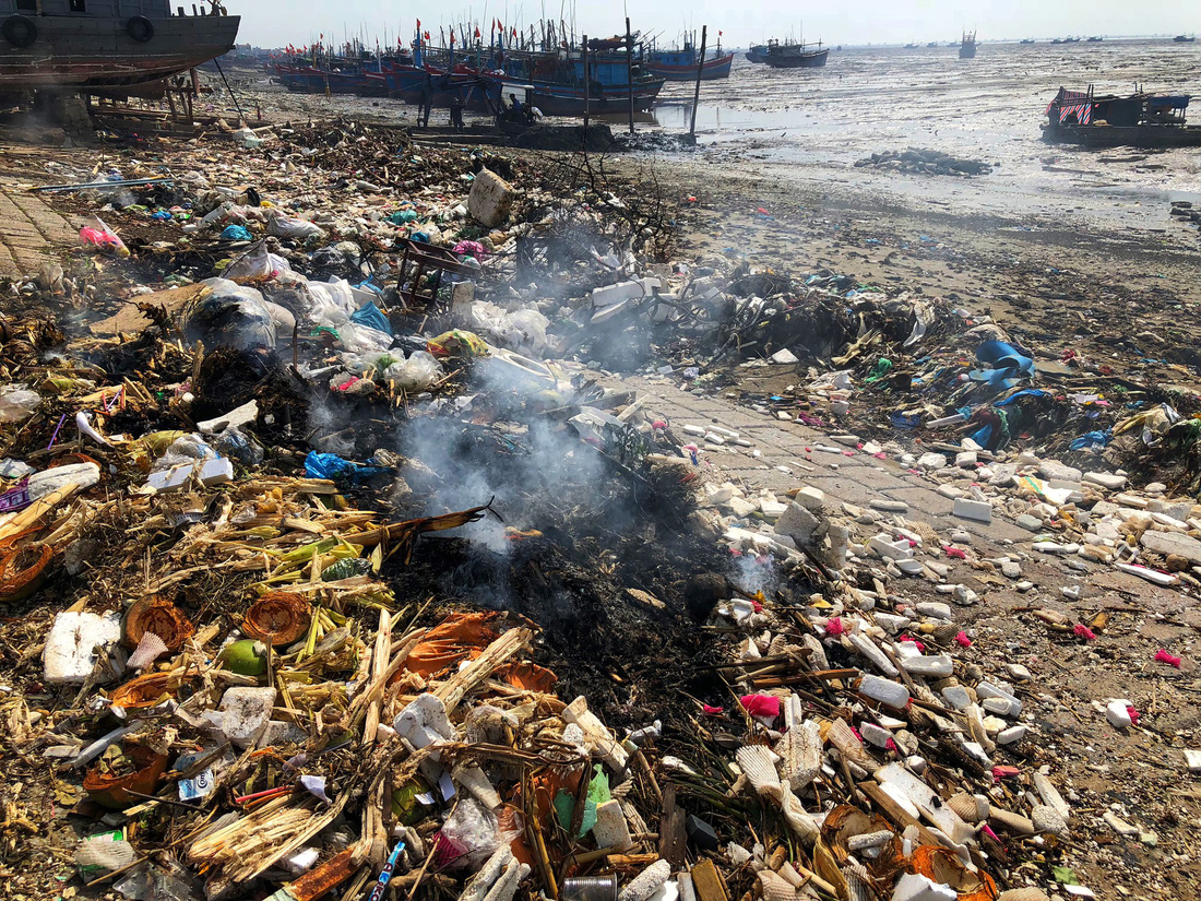 As there is so much litter that the only viable option may be incineration. Photo: Tuoi Tre