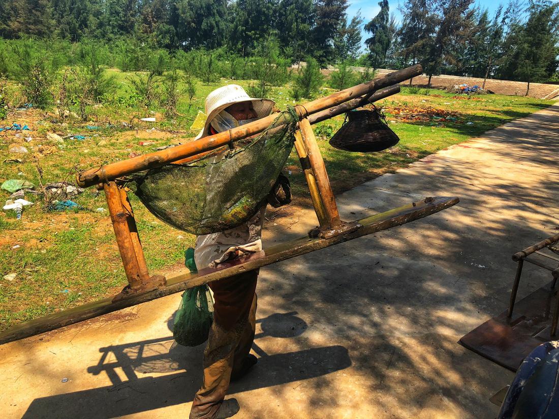 A clam farmer. Photo: Tuoi Tre