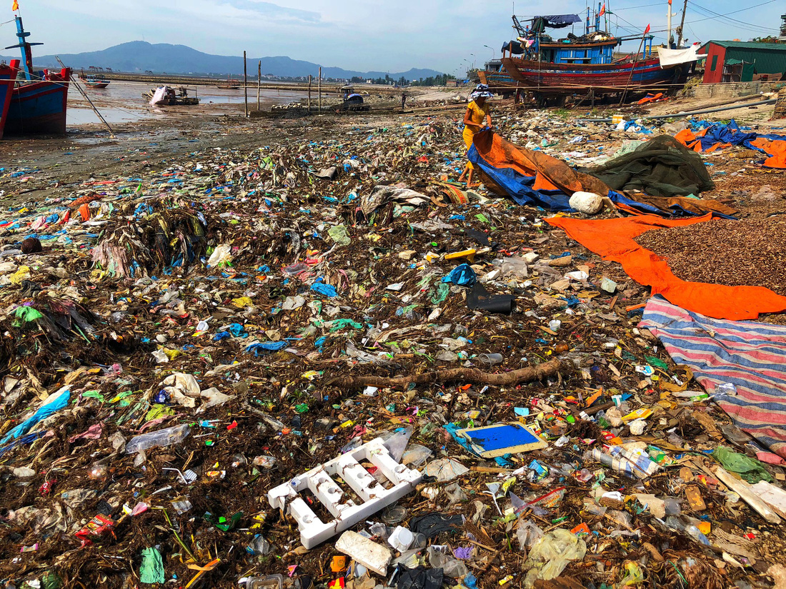 Sea delicacies are left to dry up upon a impromptu landfill.' Photo: Tuoi Tre