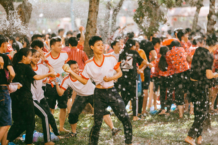 ​Vietnamese students celebrate end of school year with water fight