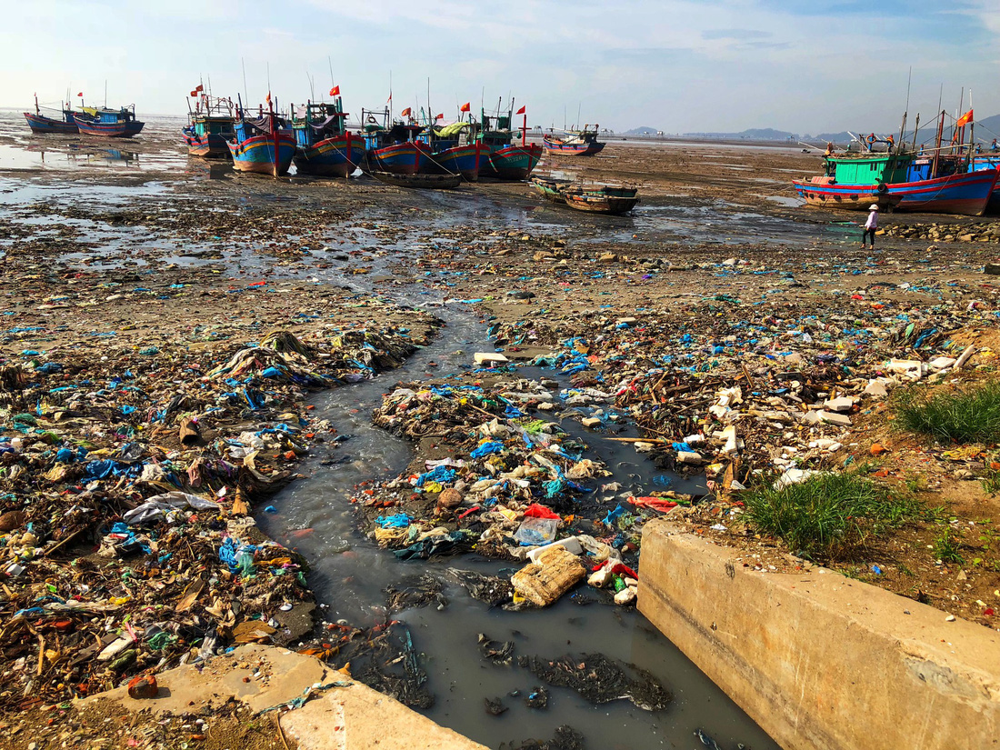 As if the litter is not enough, untreated wastewater is also gushes out into the open. Photo: Tuoi Tre