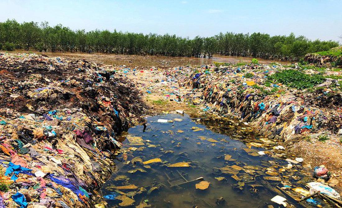 Trash often concentrates at estuaries. Photo: Tuoi Tre