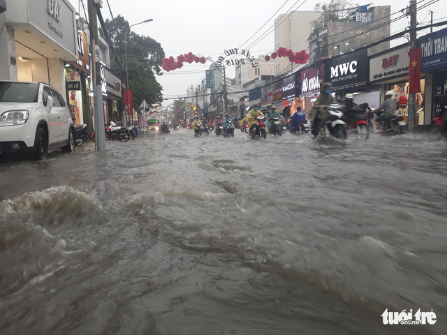 Vo Van Ngan Street in Thu Duc District is flooded.