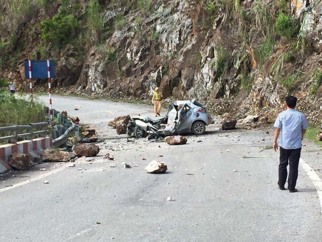 Falling rock crushes car, killing driver in northern Vietnam