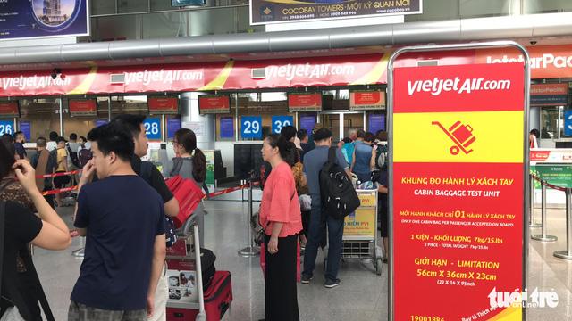 Passenger throws phone at Da Nang airport attendant after flight cancelation