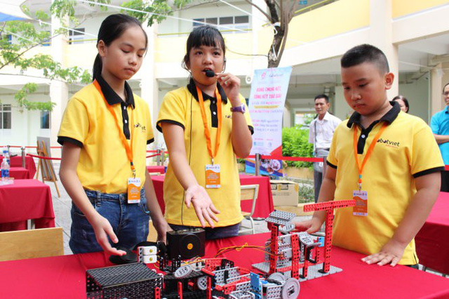 Schoolchildren's waste treatment plant model wins prize at Vietnam's robot contest