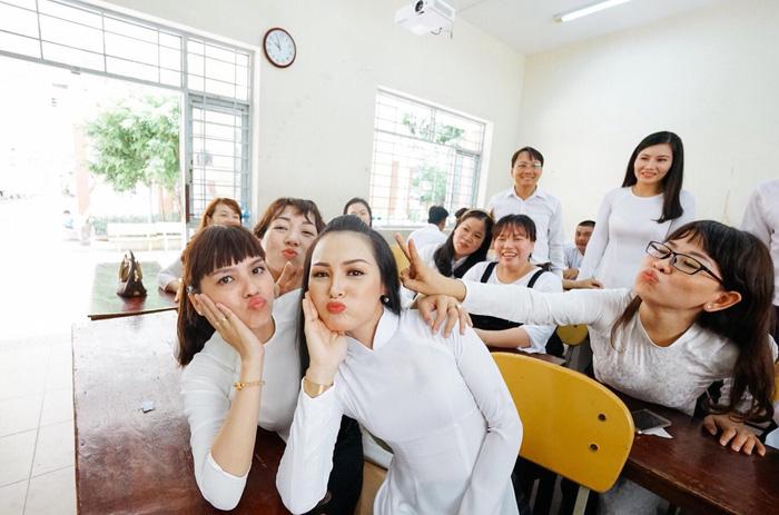 Photo album of 17-year high-school reunion sparks nostalgia in Vietnam