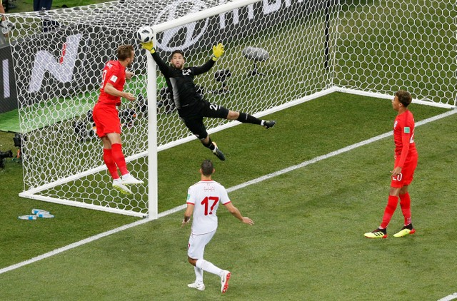 Kane takes to world stage as Englandedge past Tunisia