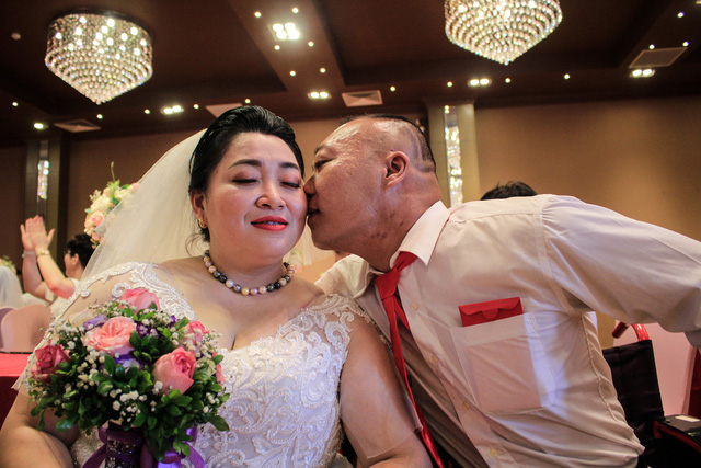 39 disabled couples tie the knot at dream wedding in Hanoi
