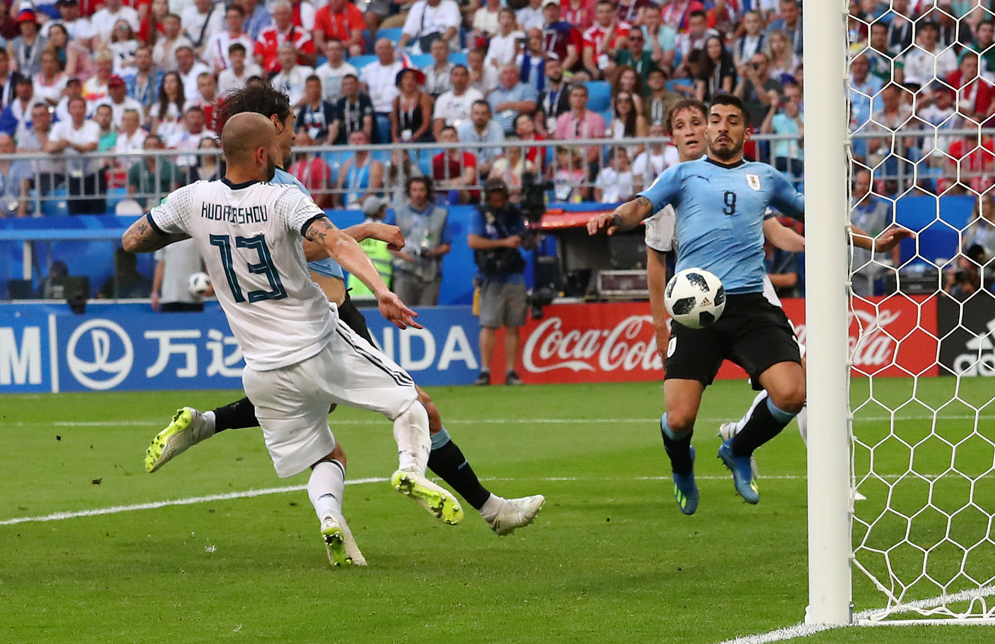 Uruguay beat 10-manRussia3-0 to top Group A