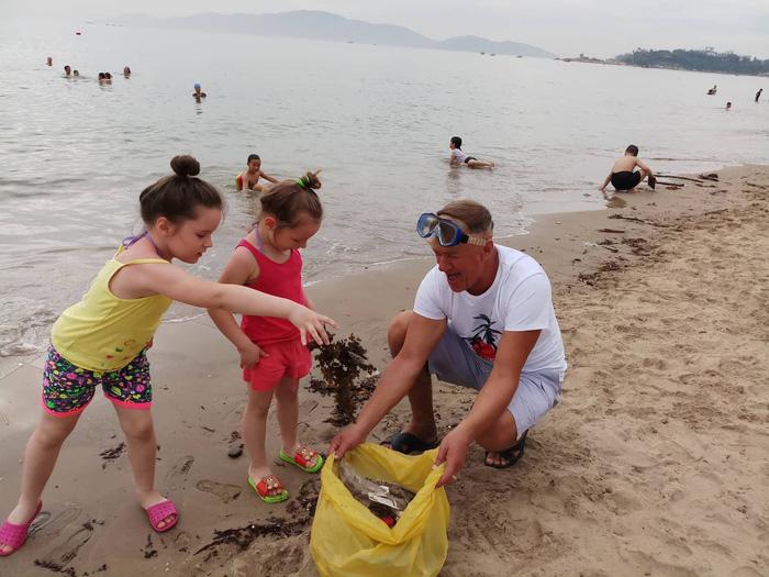 Russian expats clean Nha Trang beaches