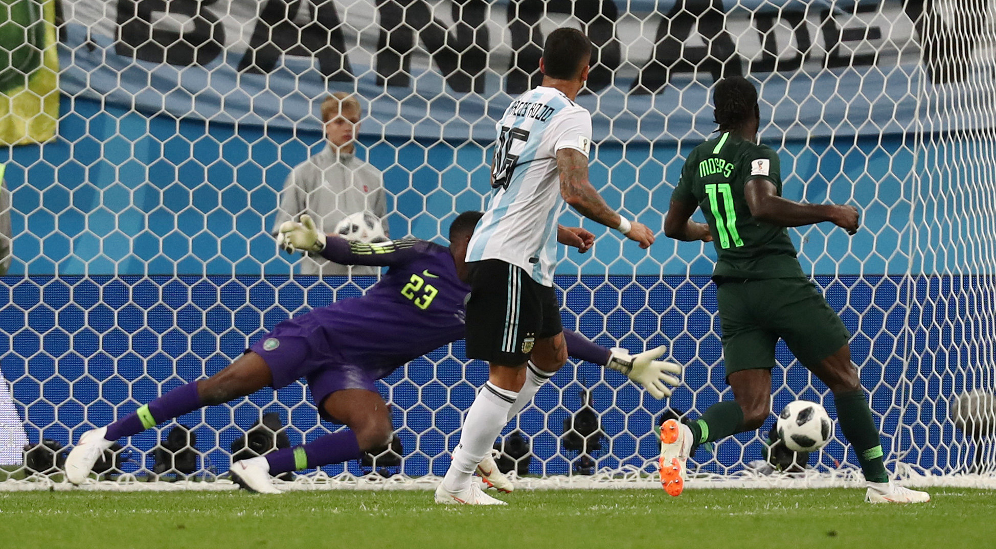 Argentina strike late to advance to World Cup knockout stages