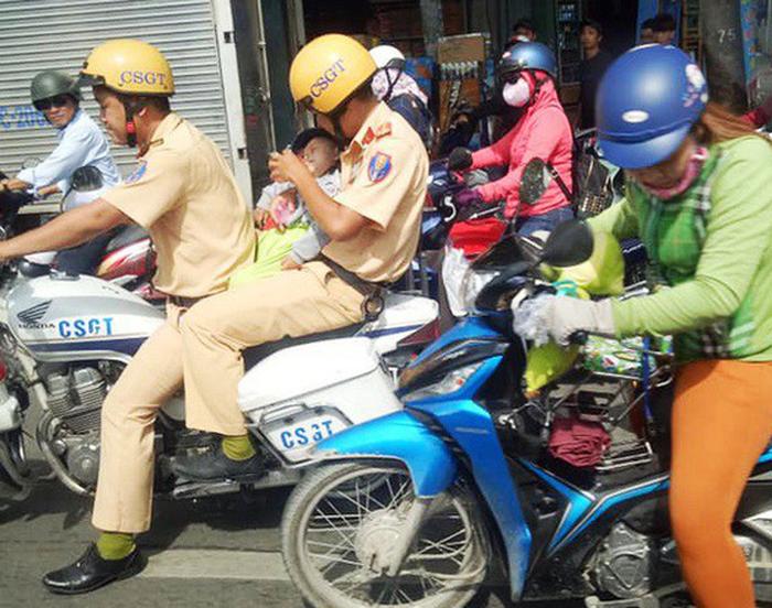 Vietnamese policemen praised for taking sick baby to hospital amid heavy traffic