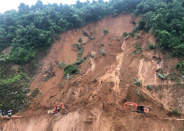 Excavator driver escapes death after landslide pushes him off cliff in northern Vietnam
