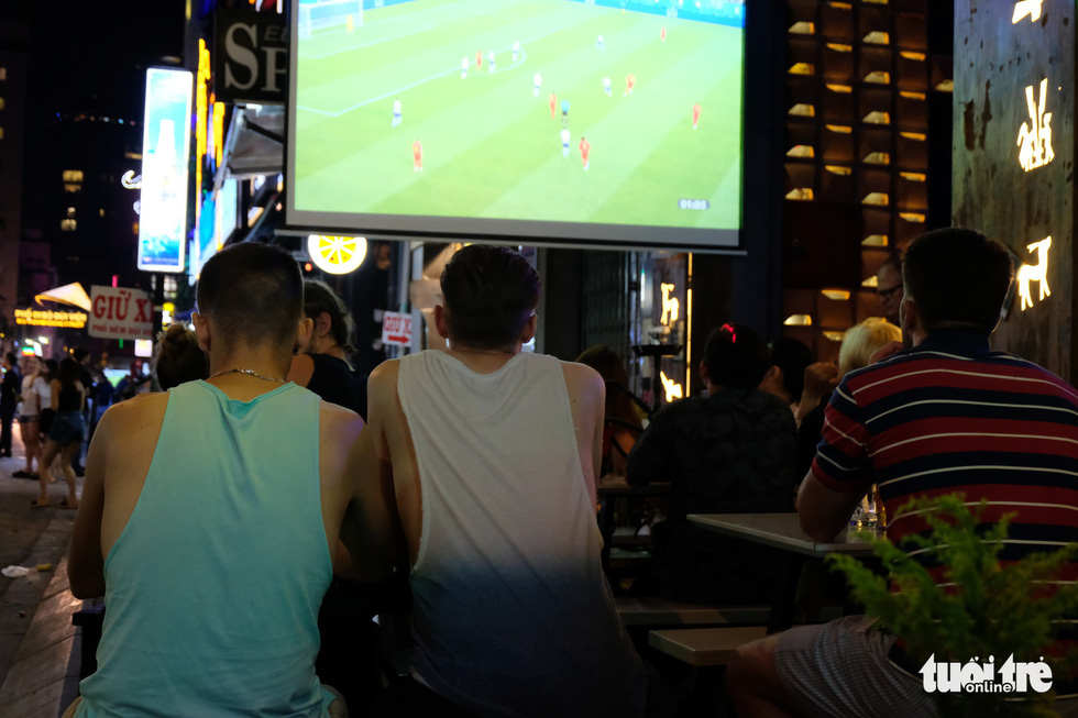Foreign patrons watch a 2018 FIFA World Cup match in Ho Chi Minh City, Vietnam, June 29, 2018. Photo: Tuoi Tre