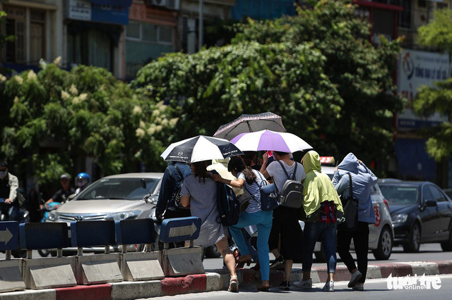 Two people unconscious possibly due to heat stroke in Hanoi