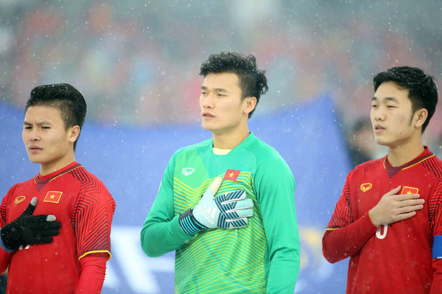 Vietnamese goalkeeper Bui Tien Dung (C) stands for the national anthem of Vietnam during the final game of the 2018 AFC U23 Championship in China on January 27, 2018. Photo: Tuoi Tre