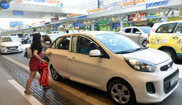 Vietnam to ask ride-hailing cars to put on 'Electronic taxi' roof signs