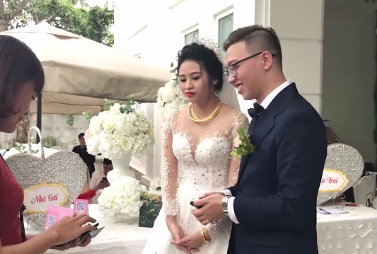 Video of Vietnamese couple receiving wedding money via payment device goes viral