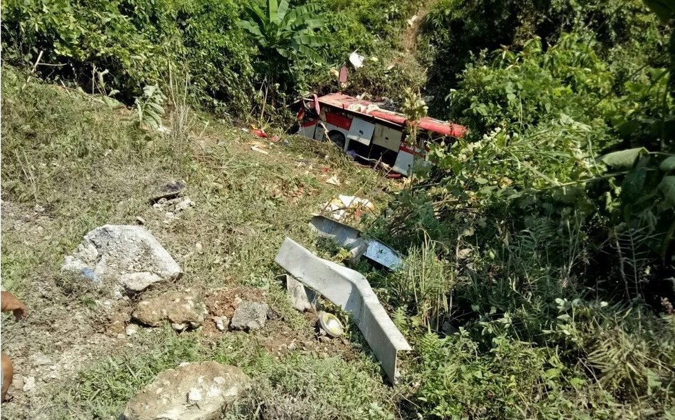 Four killed, 16 injured as sleeper bus plunges off cliff in northern Vietnam