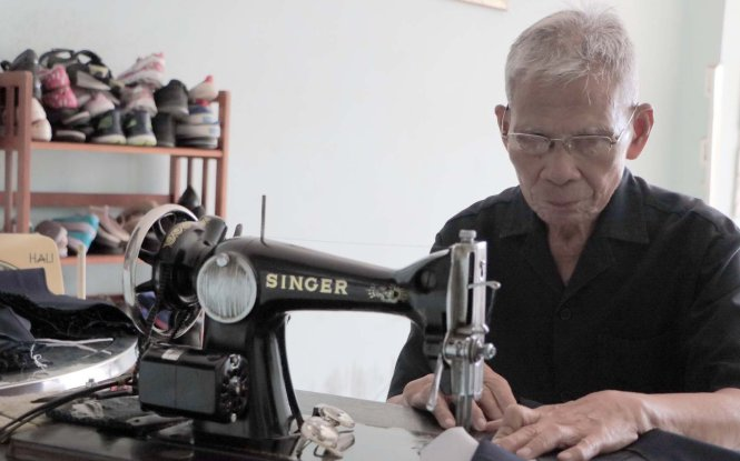Elderly Vietnamese man spends two decades sewing free uniforms for poor students
