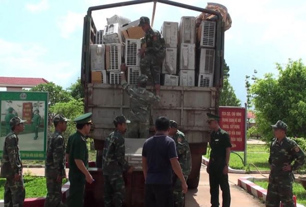 Trucks caught smuggling 1,000 second-hand electronic products from Cambodia into Vietnam