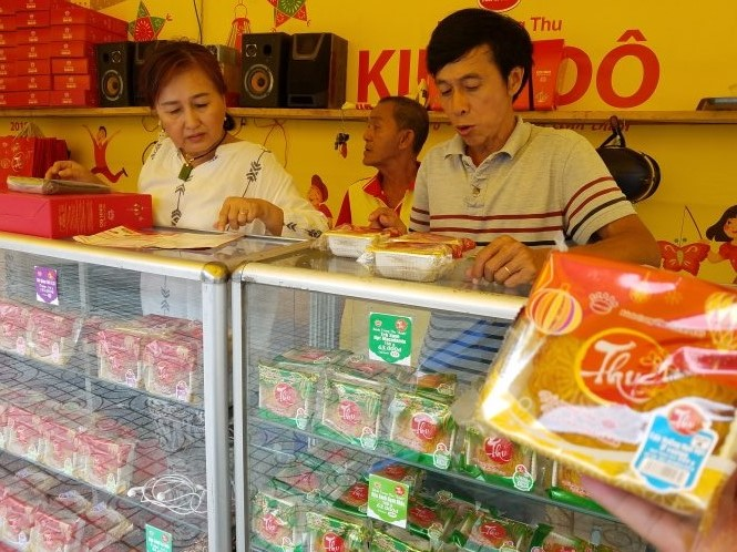 Cheap imported mooncakes flood Vietnamese market ahead of Mid-Autumn Festival