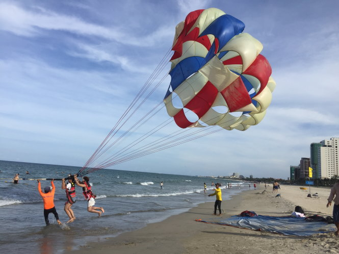 ​Jet skis, parasailing activities spread terror on Vietnamese beaches