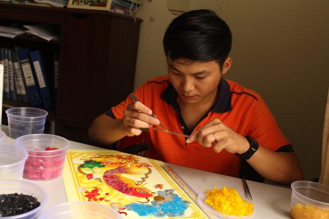 Vietnam student turns fish scales into art