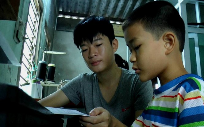 Vietnamese student suffering cancer tenaciously continues education