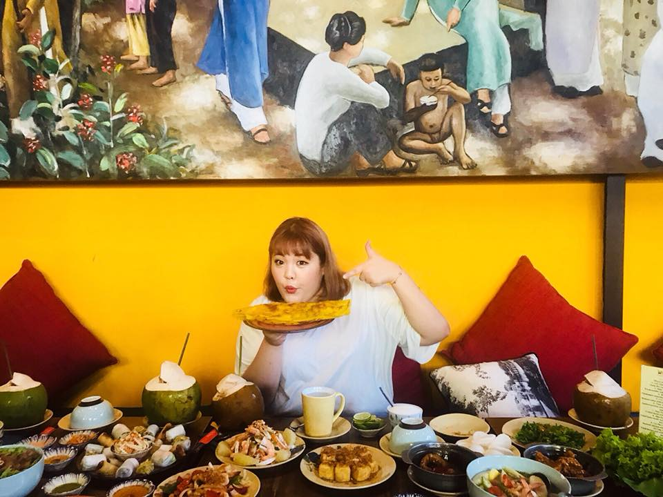 Vietnamese fans get excited as Korean 'eating queen' on Saigon food tour