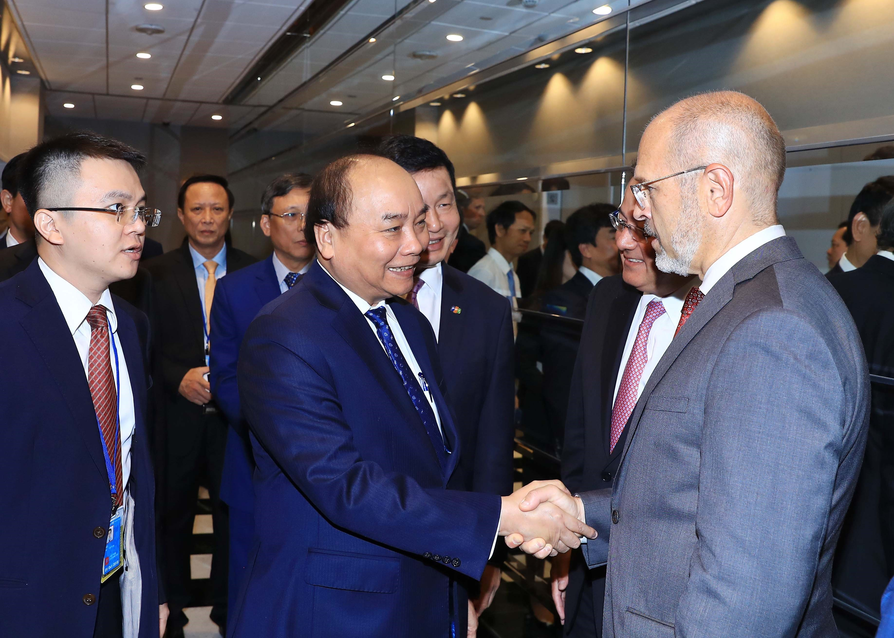 Vietnamese PM meets US firms to talk investment in Vietnam