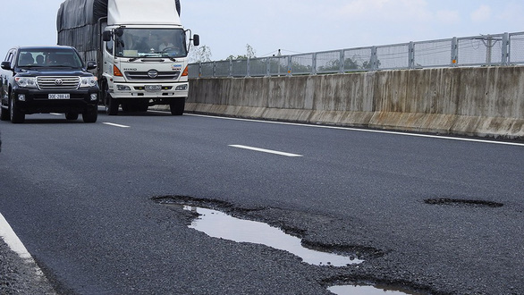 Transport ministry suspends tollgate on pothole-riddled Da Nang expressway