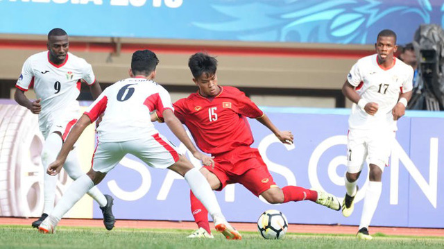 Vietnam and Jordan players fight for the ball during their match at the 2018 Asian Football Confederation U-19 Championship in Indonesia on October 19, 2018. Photo: AFC