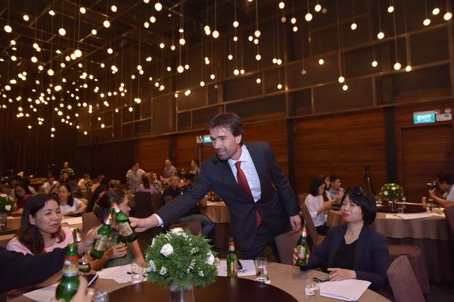 Alexander Koch, commercial director of Heineken Vietnam, invites guests to try Amstel beer at the launch of the European beer brand in Vietnam October 18, 2018. Photo: Heineken Vietnam