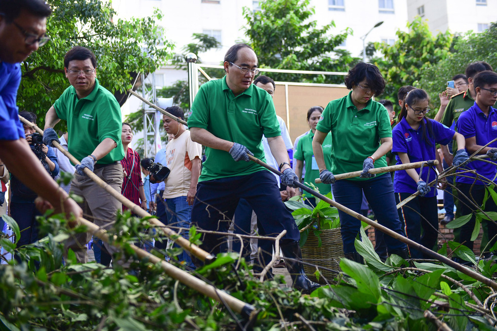 Ho Chi Minh City leaders join canal clean-up to kick-start environmental campaign