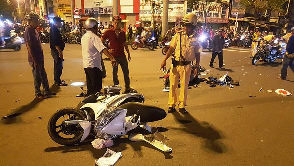 Officers probe the scene of the accident. Photo: Tuoi Tre