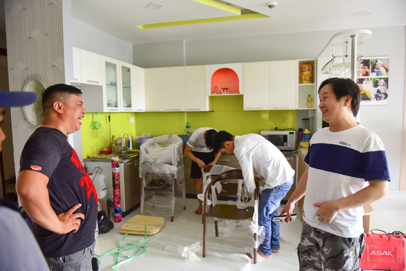 People join hands to repair and replace furniture damaged by the fire. Photo: Tuoi Tre