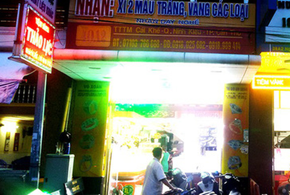 A gold shop in Can Tho City in southern Vietnam where a local man was caught exchanging a 100-dollar bill for Vietnamese currency. Photo: Tuoi Tre