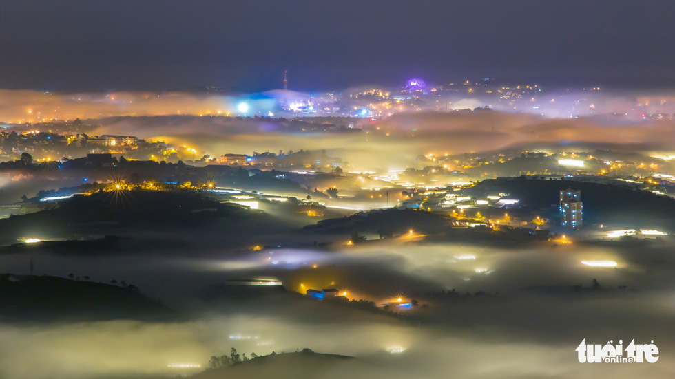 Da Lat is covered in fog in the early morning hours. Photo: Tuoi Tre