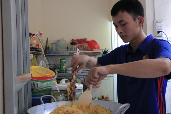 Vietnamese students run web startup to sell meals to peers