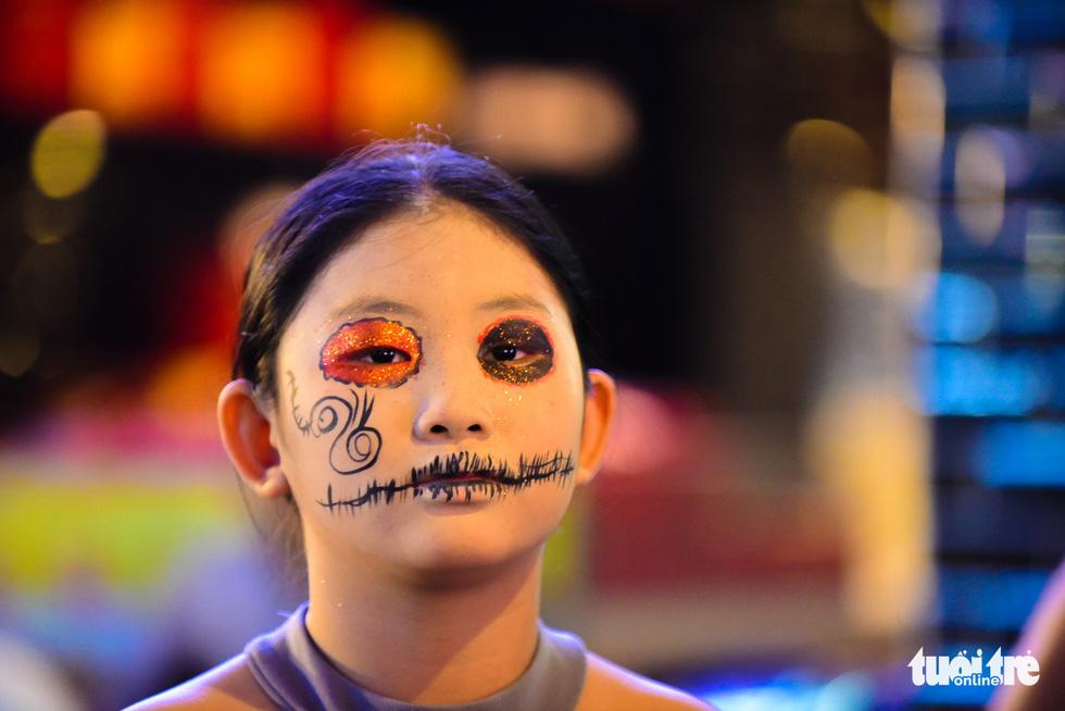 A young girl masquerades into a nurse ghost for Halloween. Photo: Tuoi Tre