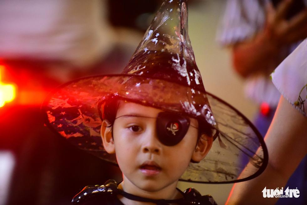 A little boy masquerades into a Caribbean pirate. Photo: Tuoi Tre
