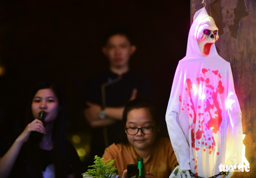 Young Saigonese flood Bui Vien in frightening costumes ahead of Halloween