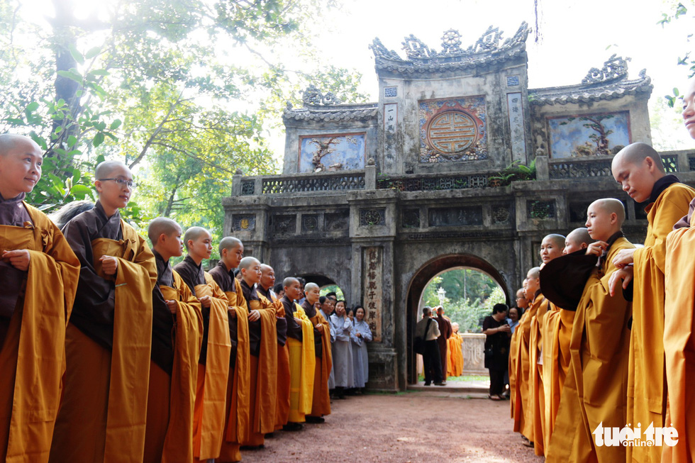 Nuns and monks line to welcome Thich Nhat Hanh at the Tu Hieu Pagoda in Thua Thien-Hue Province, central Vietnam, October 28, 2018. Photo: Tuoi Tre