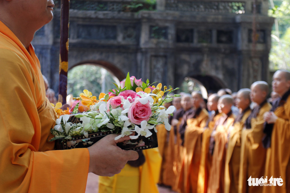 A monk holds flowers to be given to Thich Nhat Hanh at the Tu Hieu Pagoda in Thua Thien-Hue Province, central Vietnam, October 28, 2018. Photo: Tuoi Tre