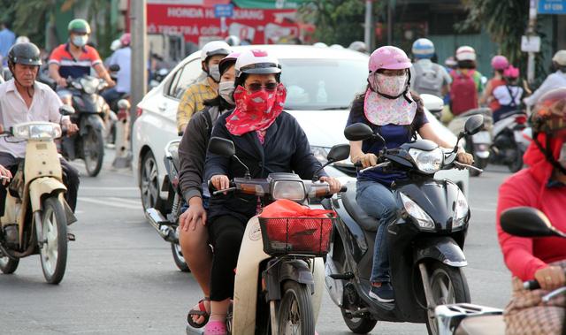 Saigonese enjoy chilly morning as dry season starts in southern Vietnam